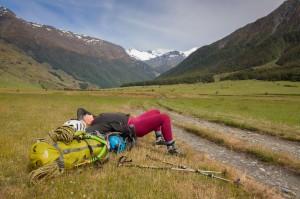 Na chatu French Ridge je třeba překonat téměř 20 kilometrů údolí Matukituki